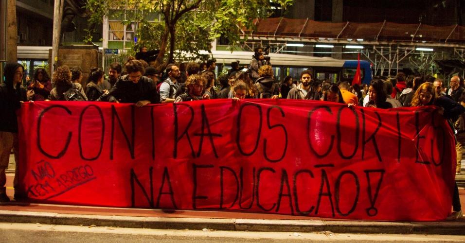 13.mai.2016 - Manifestantes se concentram na Praça do Ciclista, em São Paulo, para o protesto em solidariedade aos estudantes que foram detidos pela Polícia Militar, nesta sexta-feira (13). Cerca de 50 alunos que ocupavam a Etesp (Escola Técnica Estadual de São Paulo) e três órgãos regionais de ensino (Centro-Oeste, Norte 1 e uma em Guarulhos) foram levados para delegacias durante ação da PM para desocupar os prédios