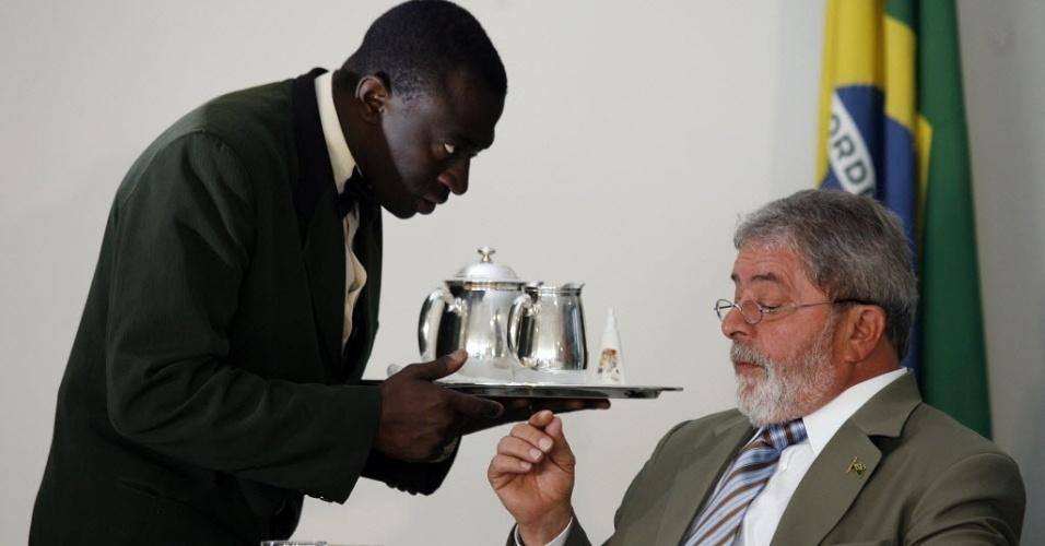 19.dez.2008 - Garçom serve o presidente Luiz Inácio Lula da Silva durante café da manhã com jornalistas setoristas do Palácio do Planalto, em Brasília (DF)