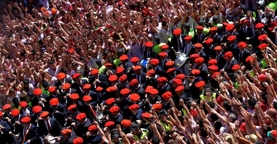 6.jul.2016 - Banda municipal toca na praça principal da cidade espanhol de Pamplona durante o 'Chupinazo', cerimônia que marca o início das celebrações do Festival de São Firmino. Firmino de Amiens foi um missionário cristão que viveu entre 272 e 303 d.C, apontado como o provável primeiro bispo de Pamplona e considerado padroeiro da província de Navarra. O 'Chupinazo' acontece na véspera dos oito dias em que se seguem as corridas de touros