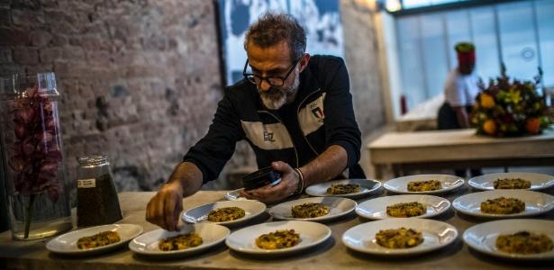 Massimo Bottura tempera prato antes de servir a seus convidados no Refettorio Gastromotiva