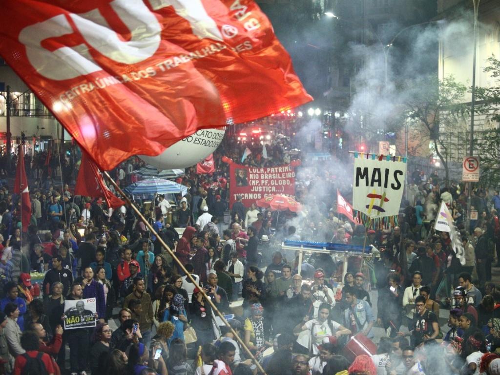 """22.set.2016 - Manifestantes se reúnem na avenida Ipiranga, na altura da praça da República, no centro de São Paulo, durante ato em defesa dos direitos sociais e trabalhistas, que tem como tema """"nenhum direito a menos"""""""