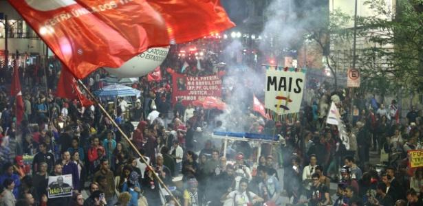 Manifestantes chegam à avenida Ipiranga, perto da praça da República, na noite desta quinta-feira (22), em ato contra o governo Michel Temer