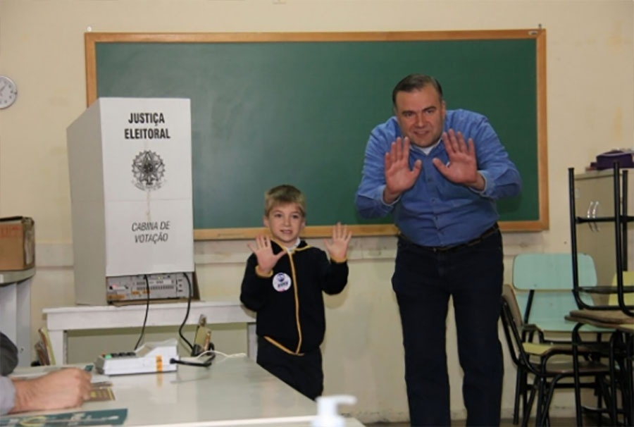 2.out.2016 - O candidato a prefeito de Curitiba Ney Leprevost (PSD) votou, por volta das 11h10 deste domingo (2), na Sociedade Operária Beneficente Esportiva Iguaçu, no bairro Santa Felicidade, em Curitiba