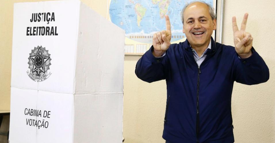 2.out.2016 - O prefeito de Curitiba Gustavo Fruet (PDT) candidato à reeleição vota na Unicuritiba, na capital do Paraná