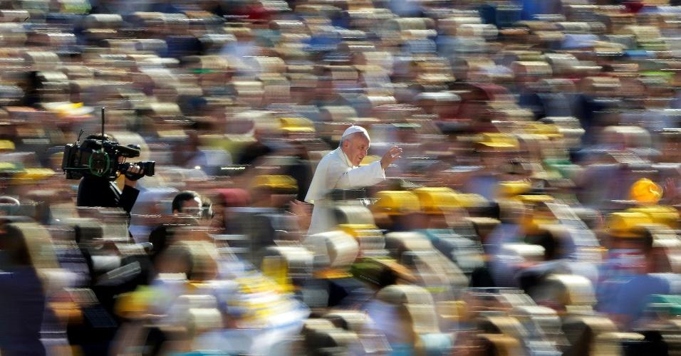 5.out.2016 - Papa Francisco chega para liderar a audiência geral na Praça de São Pedro, no Vaticano