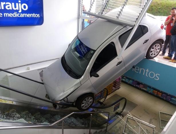 """Carro desgovernado """"entra"""" em farmácia de Belo Horizonte"""