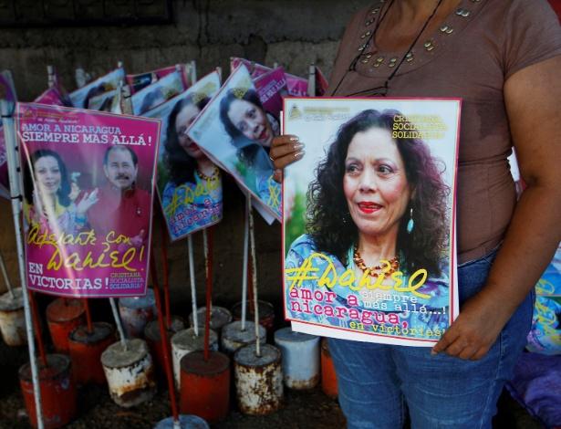 Mulher segura cartazes em apoio à primeira-dama e candidata a vice Rosario Murillo pelo Partido de Liberação Nacional Sandinista, em Manágua (Nicarágua)