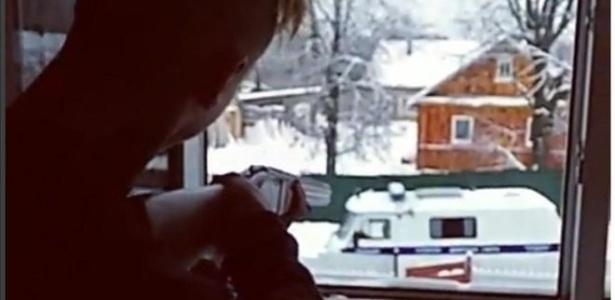 Denis, de 15 anos, transmitiu ao vivo na internet o ataque contra a polícia. Ele ria muito e atirava de uma janela do sítio da família da namorada, no vilarejo de Strugi Krasnyye