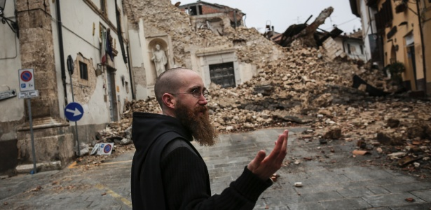 Reverendo Benedict Nivakoff observa estragos no centro histórico de Norcia, Itália