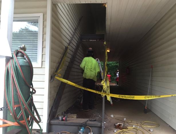 Prédio sem a escada, que foi retirada para manutenção, em Geórgia, EUA