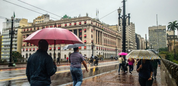 Pedestres enfrentam chuva no Viaduto do Chá, no centro de São Paulo