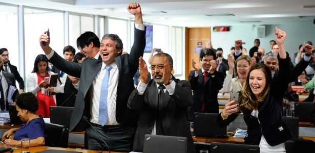Senadores da oposição comemoram rejeição da reforma trabalhista na Comissão de Assuntos Sociais