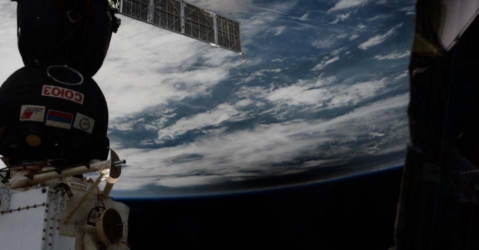 21.ago.2017 - Eclipse solar visto direto do espaço. O fenômeno total ocorreu apenas nos Estados Unidos, mas, parcialmente, pode ser apreciado por várias partes do mundo, incluindo 15 Estados brasileiros