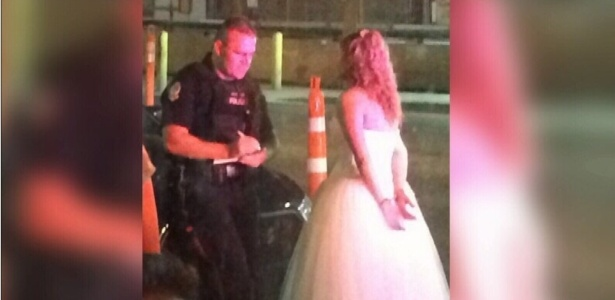Apesar das algemas, o casal acabou sendo liberado e foi embora para a noite de núpcias junto.  - Reprodução/Twitter@CTVNews