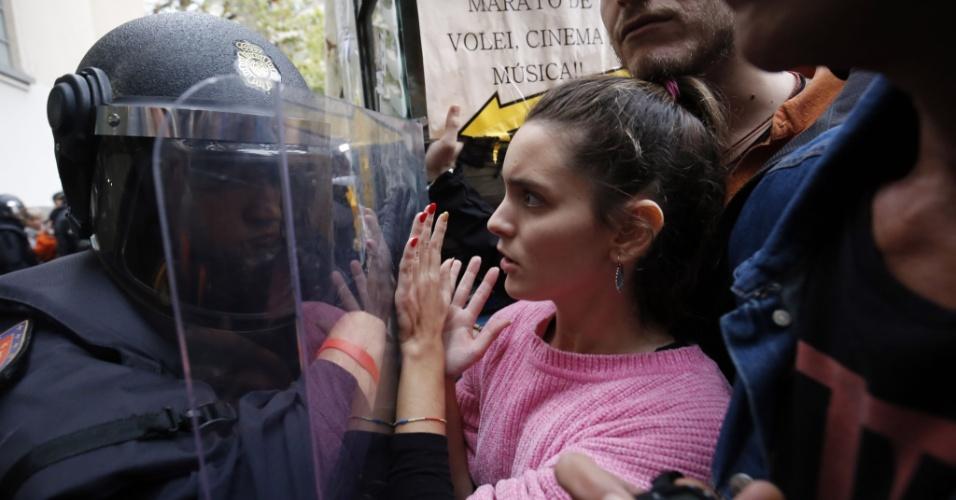1.out.2017 - Separatista reage à ação da polícia em frente de local de votação na manhã deste domingo