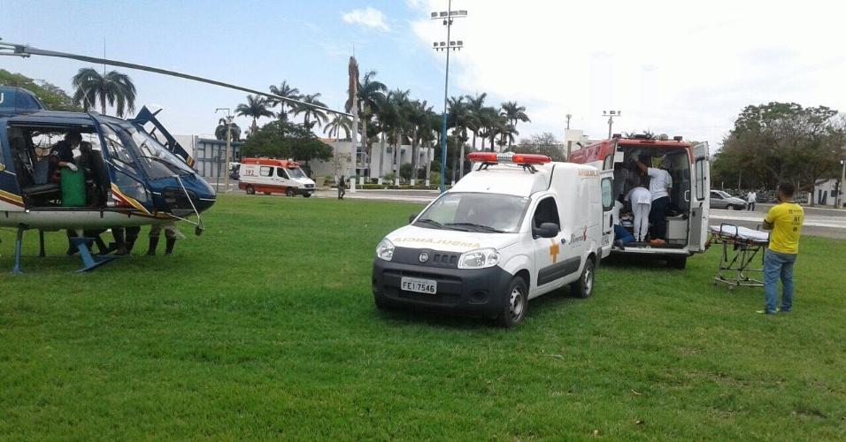 Vítimas são atendidas por equipes de resgate em Janaúna (MG)