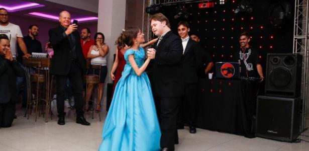 Jovem dançou com seu melhor amigo, Álvaro, portador da síndrome de Down