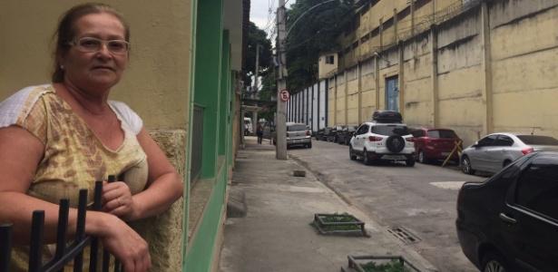 A costureira Nielse Andrade mora na frente da cadeia onde está preso Sérgio Cabral