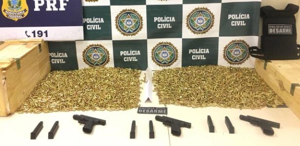 Munições, carregadores e pistolas apreendidas pela Polícia Rodoviária Federal e pela PF neste sábado (13)
