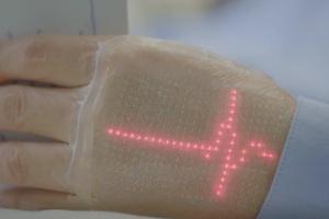 Futuro da tatuagem: pele exibe imagens e ajuda a checar a saúde à distância (Foto: Reprodução)