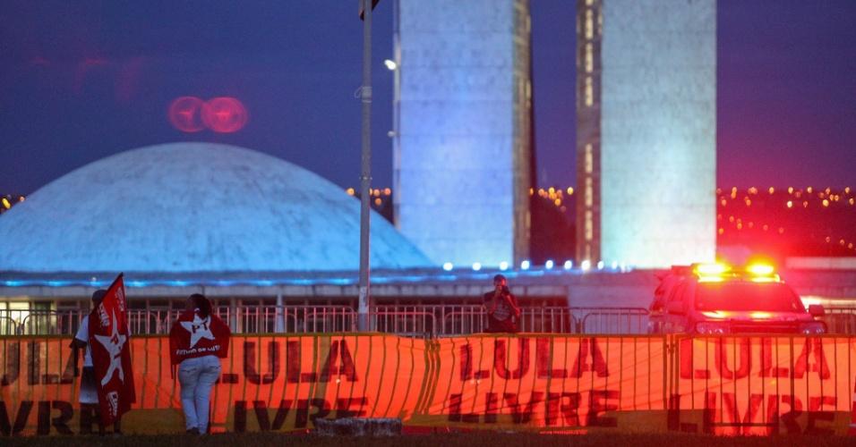 4.abr.2018 - Manifestantes favoráveis ao ex-presidente, Luiz Inácio Lula da Silva (PT), protestam na Esplanada dos Ministérios, em Brasília (DF), durante o julgamento do habeas corpus de Lula pelo plenário do STF (Supremo Tribunal Federal)