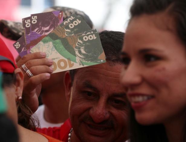 Homem mostra cédulas da nova moeda de Caracas, lançada neste domingo - Xinhua/Gregorio Terán/AVN