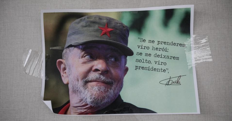 17.abr.2018 - Cartaz com frase do ex-presidente Lula afixado no Sindicato dos Metalúrgicos do ABC, em São Bernardo do Campo (SP)