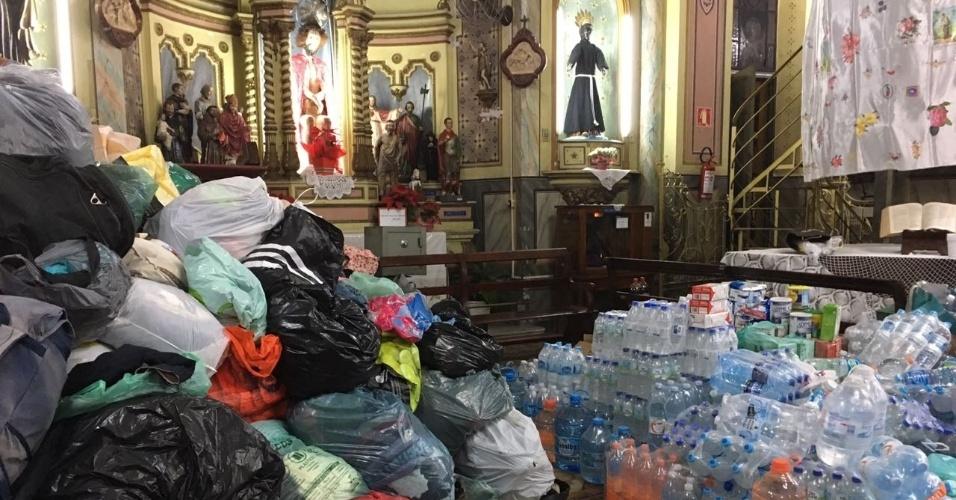 1º.mai.2018 - Doaçõessão  armazenadas na Igreja de Nossa Senhora do Rosário dos Homens Pretos para os moradores do prédio que desabou no Largo do Paissandu, no centro de São Paulo, que estão desabrigados
