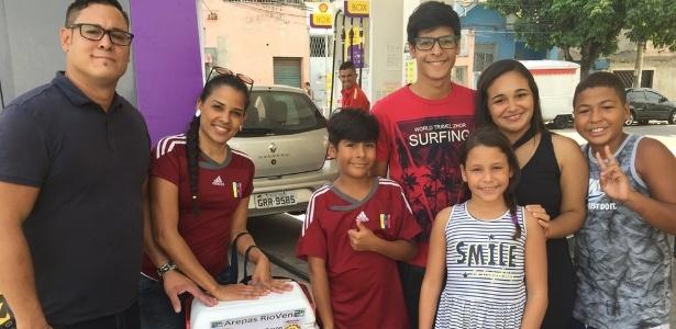 A família venezuelana vende arepas com a ajuda de dois brasileiros, os irmãos Thaynara e Thiago