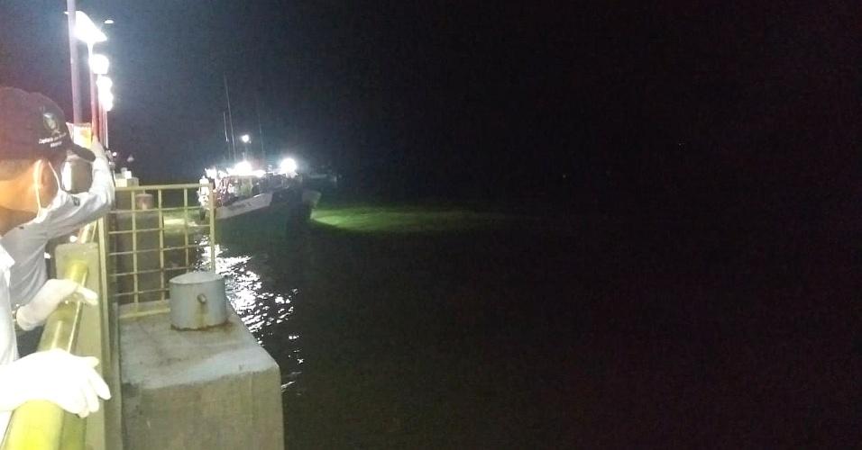 20.mai.2018 - Equipes de resgate aguardam barco que foi resgatado à deriva com 37 tripulantes atracar no cais de São José Ribamar (MA)