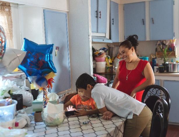A família Taracena se encontra na cozinha de casa antes do primeiro dia de aula