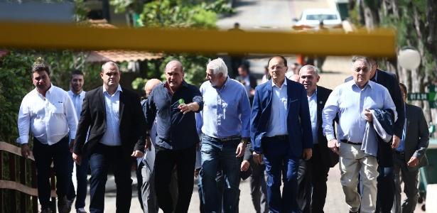 O deputado federal Onyx Lorenzoni (DEM-RS, ao centro) conduz prefeitos na saída da residência de Bolsonaro