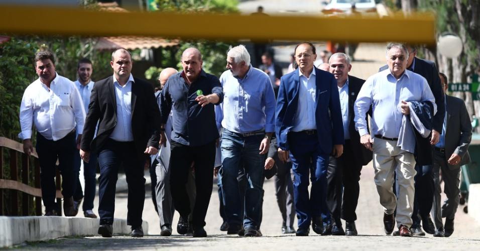 23.out.2018 - O deputado federal Onyx Lorenzoni (DEM-RS, ao centro) conduz prefeitos na saída da residência do presidenciável do PSL, de Bolsonaro, na Barra da Tijuca, zona oeste do Rio
