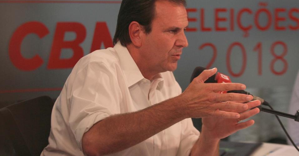22.out.2018 - Durante debate promovido pela Rádio CBN e o G1 no Rio de Janeiro (RJ), o candidato a governador do Rio de Janeiro, Eduardo Paes, afirma que a solução para a violência no estado é o aumento do efetivo dos policiais em patrulhamento ostensivo.