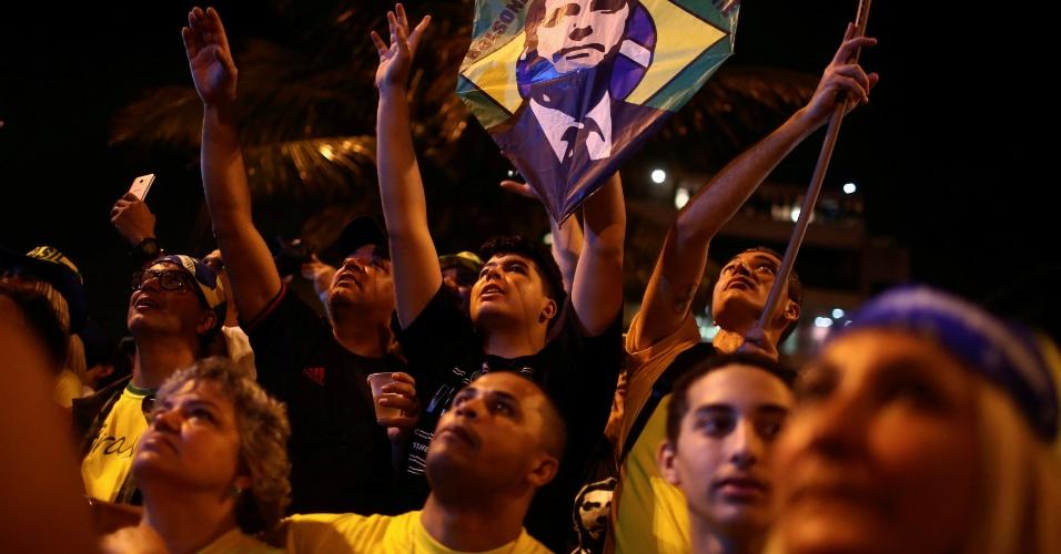 28.out.2018 Apoiadores de Bolsonaro comemoram resultado nas urnas no Rio de Janeiro