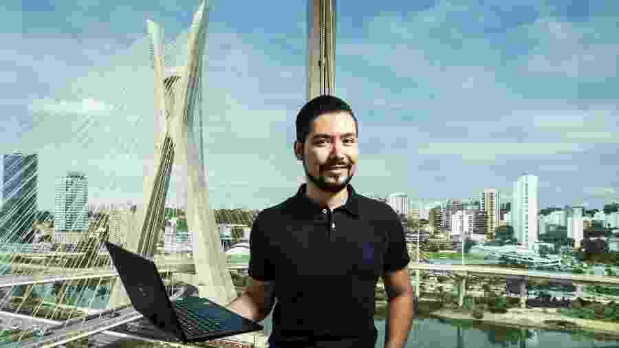 Cassio Suzuki, 28, analista de canais de distribuição da Medtronic, empresa que desenvolve equipamentos médicos e cirúrgicos, fez curso EAD que ajudou na ascensão na carreira - Fernando Moraes / UOL