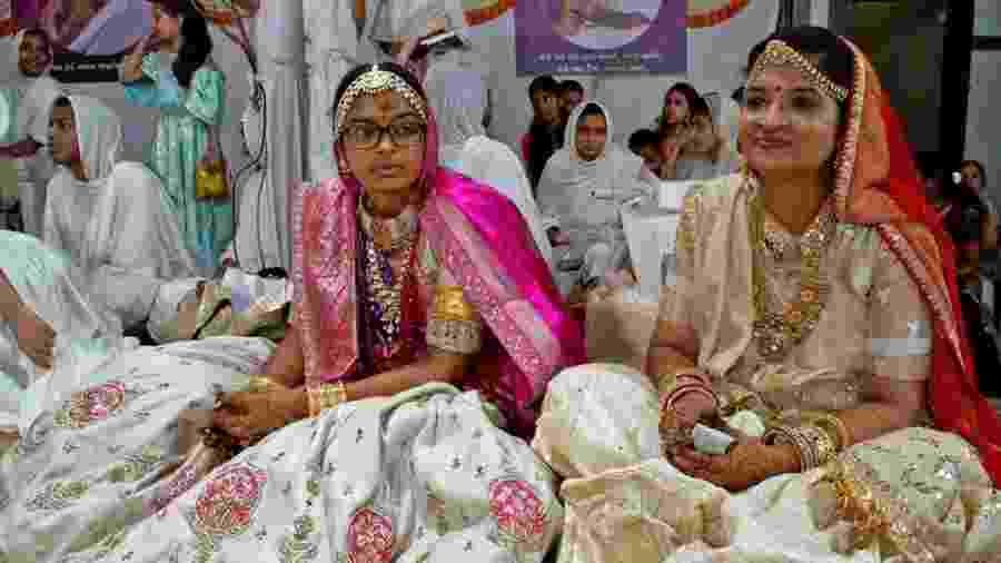 Dhruvi (à esq.) vai passar por um ritual de iniciação para abandonar completamente o mundo - BBC