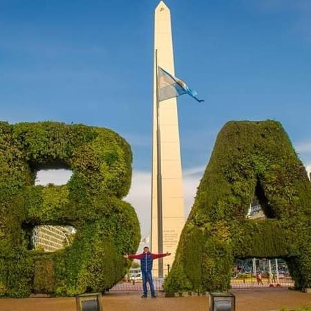 O turista brasileiro Eduardo Pinto em frente ao obelisco, em Buenos Aires - Eduardo Rodrigues Pinto/Acervo pessoal