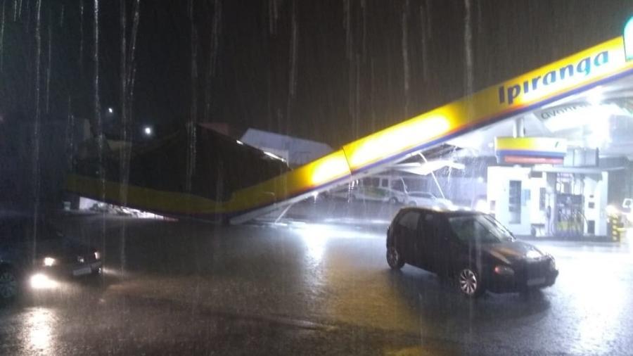 Forte chuva causou o desabamento da estrutura de um posto de combustíveis na capital do Amazonas - Reprodução