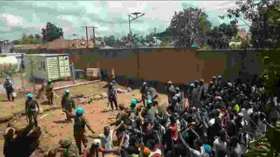 25.nov.2019 - Manifestantes protestam em frente a um prédio da ONU em Beni, na República Democrática do Congo - Ushindi Mwendapeke Eliezaire/AFP