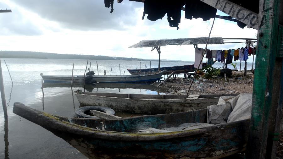 Óleo no mar gerou receio de consumidores, o que afetou renda de família em comunidade de Maceió - Beto Macário/UOL