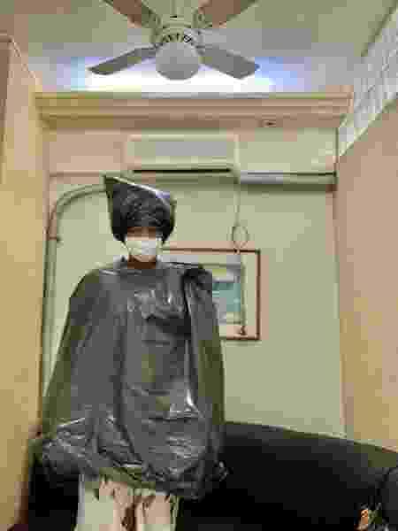 Esteticista precisou vestir sacos de lixo para realizar cirurgia - Reprodução/Facebook
