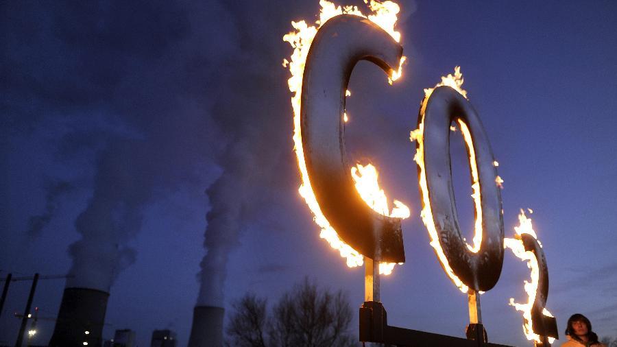 Ativistas do Greenpeace protestam contra emissão de CO2 em frente a usina de energia na Alemanha, em 2020 - Kai Pfaffenbach