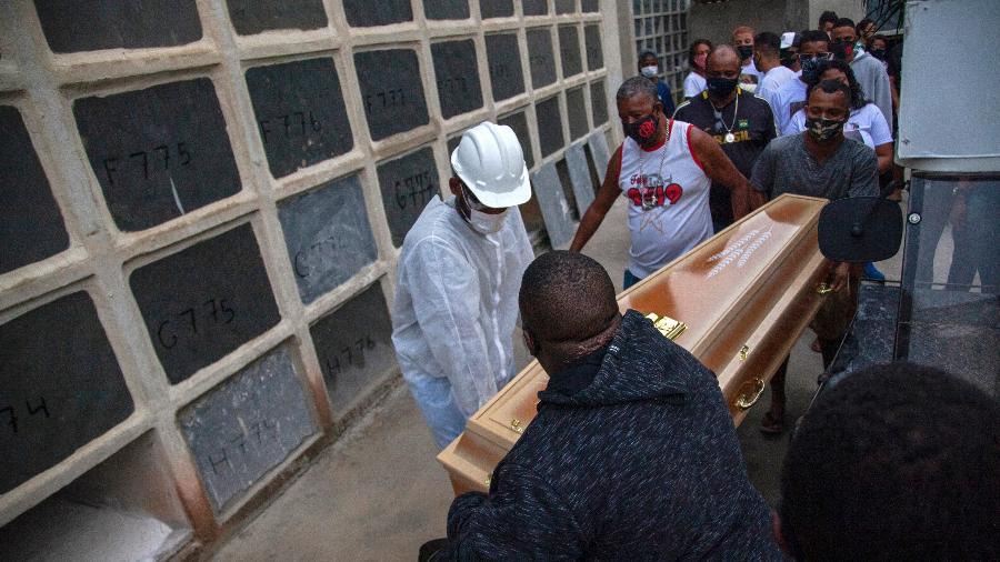 Jacarezinho: Enterro de Cleyton da Silva Freitas de Lima, no Cemitério Inhaúma - Bruno Kaiuca/AFP