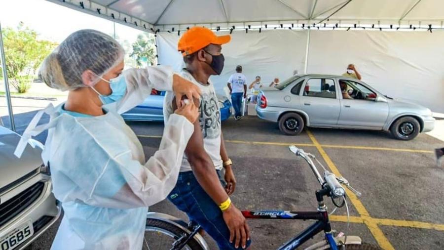 Homem em bicicleta recebe vacina contra a covid-19 no Maranhão - Reprodução/Facebook/Secretaria de Estado da Saúde do Maranhão