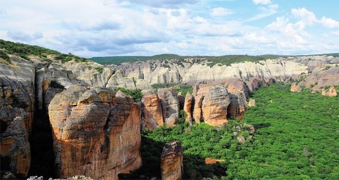31.jul.2015 - Parque Nacional Serra da Capivara, localizado em São Raimundo Nonato (PI), está em uma região de chapada ao sul do Piauí e é composto de 172 sítios arqueológicos abertos a visitação e é onde foi descoberto o crânio mais antigo do Brasil, com 12 mil anos
