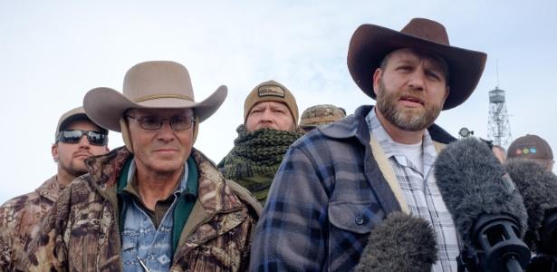 Ammon Bundy (à dir.) é o líder da milícia armada que ocupou um parque no Oregon