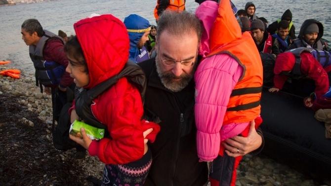 Mandy Patinkin, de Homeland, ajuda a resgatar refugiados na Grécia