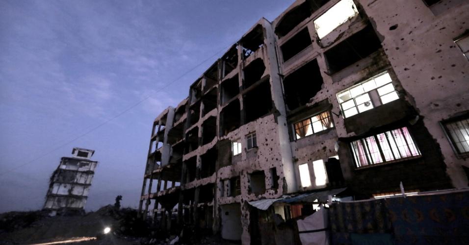 27.jan.2016 - Moradores da faixa de Gaza voltam a ocupar edifícios residenciais danificados pelos bombardeios israelenses à região realizados em 2014, na cidade de Beit Lahiya