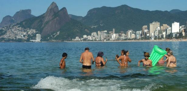 Cariocas e turistas se refrescam na praia do Arpoador, em Ipanema